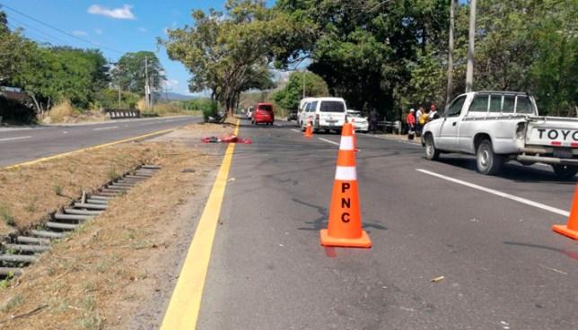 Hombre muere tras ser atropellado por una conductora en carretera a Santa Ana