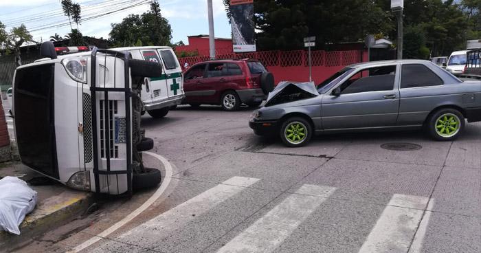 Cuatro lesionados tras choque y vuelco de vehículo en Santa Tecla