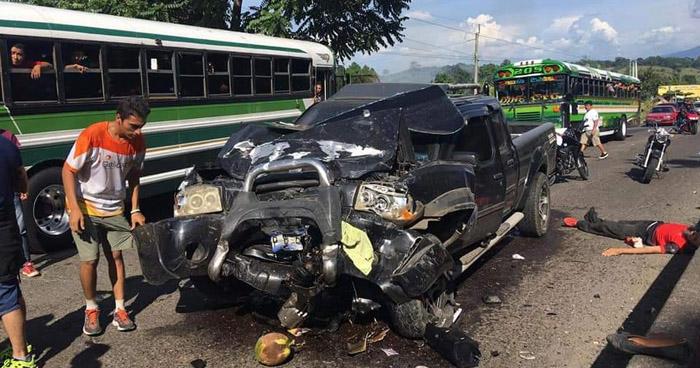 Seis lesionados tras fuerte choque en carretera a Sonsonate