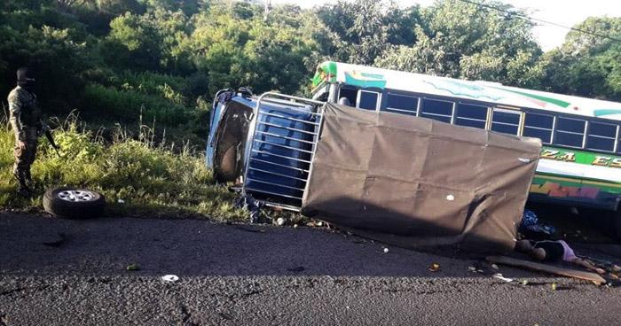 Mujer muerta y varios lesionados tras múltiple accidente de tránsito sobre carretera de Sonsonate a San Salvador