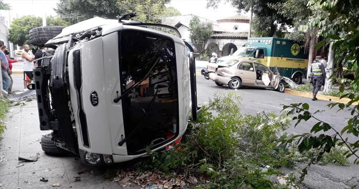 Dos lesionados tras choque en Avenida España de San Salvador