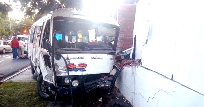 Tres lesionados tras choque por realizar giro indebido en Santa Tecla