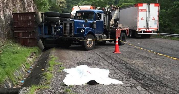Mujer muere y menor resulta lesionada tras choque entre dos furgones en carretera Troncal del Norte