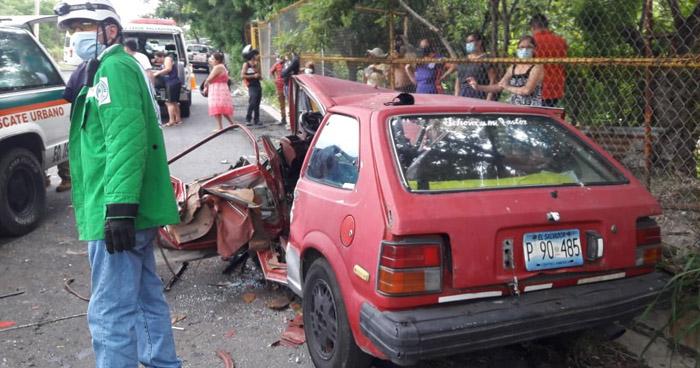 """Un atrapado y dos lesionados tras choque en """"El Tobogan"""" de Soyapango"""
