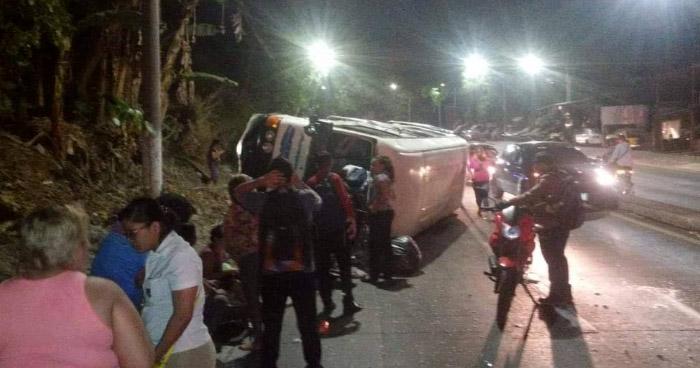 Más de 20 lesionados tras volcamiento de Coaster de la ruta 38 en la carretera Troncal del Norte