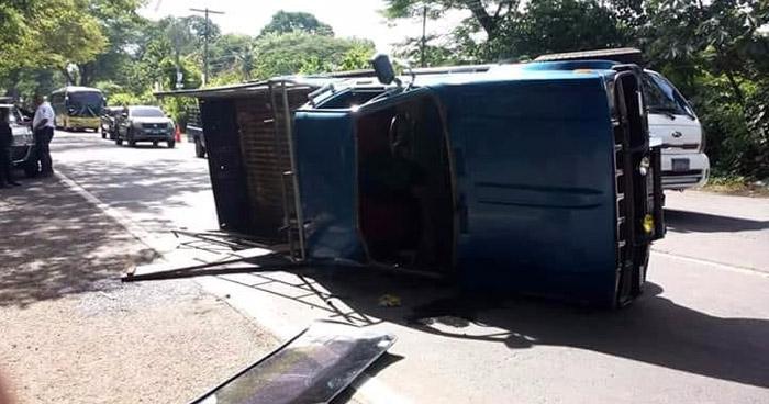 22 personas lesionadas y 5 de gravedad, luego que pick up volcara sobre carretera de Usulután