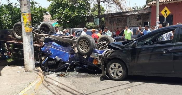 Un estudiante y una maestra entre los lesionados tras grave choque en Zacatecoluca