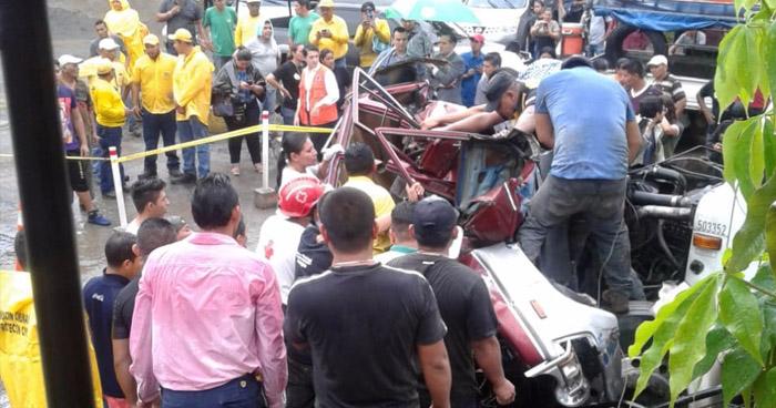 Camión se queda sin frenos y embiste a un vehículo con tres ocupantes en Zaragoza