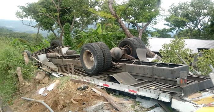 Dos muertos y un herido tras vuelco de camión que se quedó sin frenos en Morazán