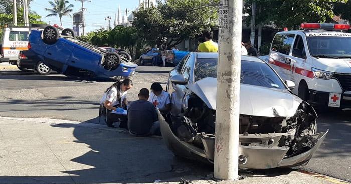 Tres lesionados tras choque y vuelco de vehículo en San Salvador