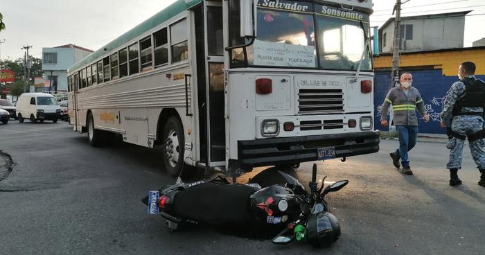 Dos motociclistas lesionados tras accidentes en diferentes puntos de San Salvador