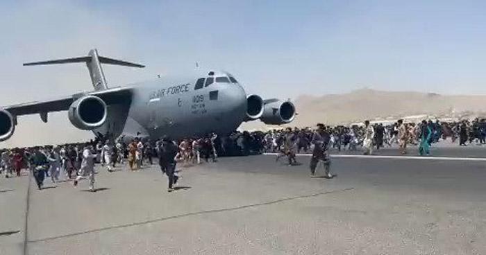 Al menos 6 muertos en el aeropuerto tras masivas huidas de Afganistán