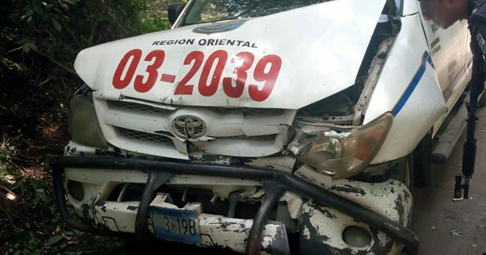Agente de la PNC lesionado tras grave choque en calle secundaria de San Miguel