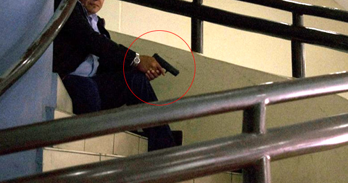 Viralizan imagen de seguridad de la Asamblea Legislativa preparado para disparar a estudiantes de la UES