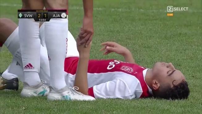"""Futbolista juvenil del Ajax que colapsó en pleno partido sufre """"daño cerebral irreversible"""""""
