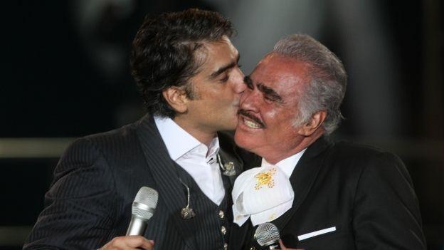 Alejandro Fernández llora en pleno concierto al interpretar una canción para su padre