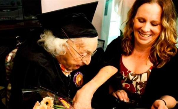 Anciana de 105 años de edad se gradúa de bachillerato