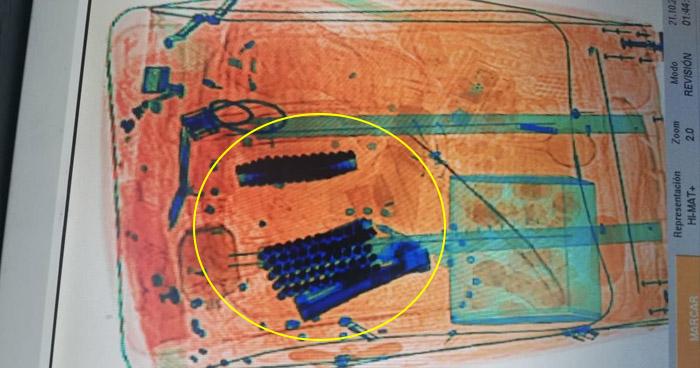 Detectan un arma de fuego y municiones no declaradas en Aeropuerto San Oscar Romero