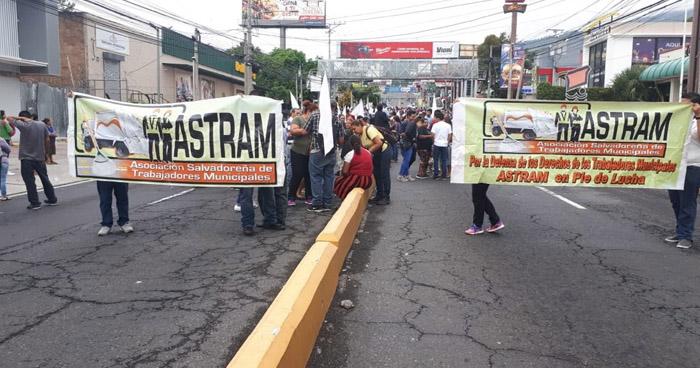 Miembros de ASTRAM bloquean el paso del Paseo General Escalón