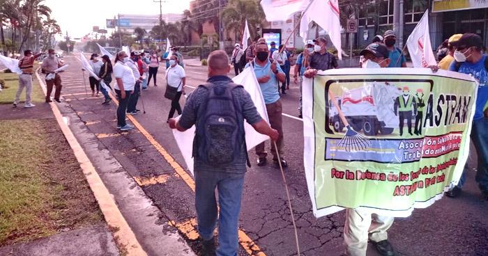 Miembros de ASTRAM protestan por falta de pago de retenciones y despidos