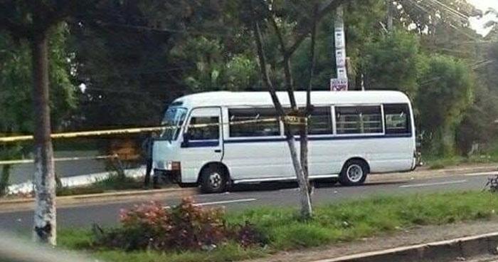 Pasajero se defiende y mata a asaltante dentro de microbus de la ruta 140 en Soyapango