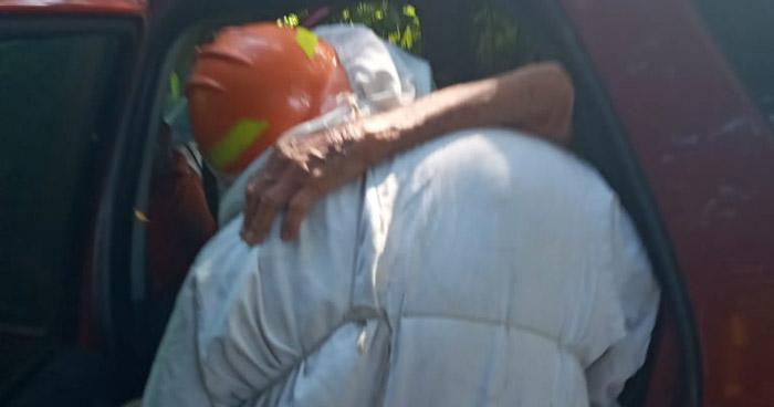 Bomberos rescatan a anciana que era atacada por enjambre de abejas