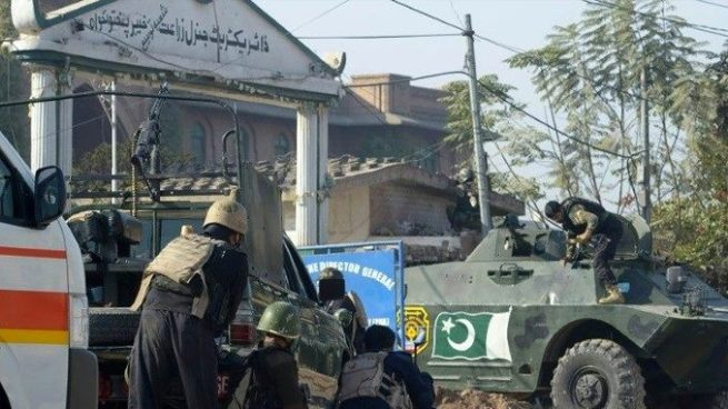 Al menos 9 muertos y decenas de heridos tras ataque talibán contra una escuela en Pakistán
