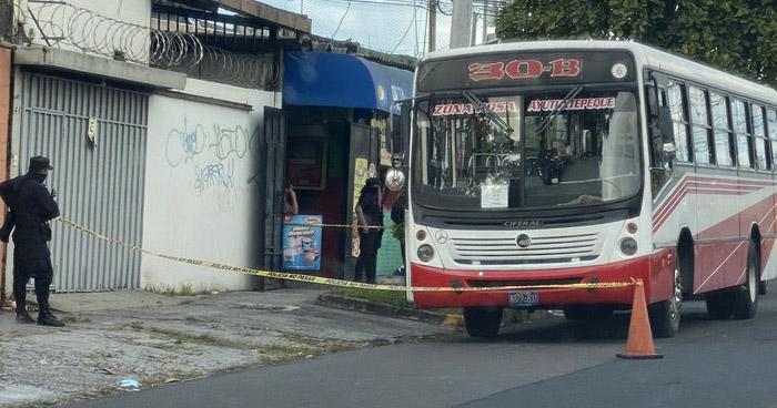 Atacan a mujer policía en bus Ruta 30-B y le roban su arma de fuego