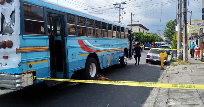 Mujer muere al ser atropellada por un autobús en Santa Tecla