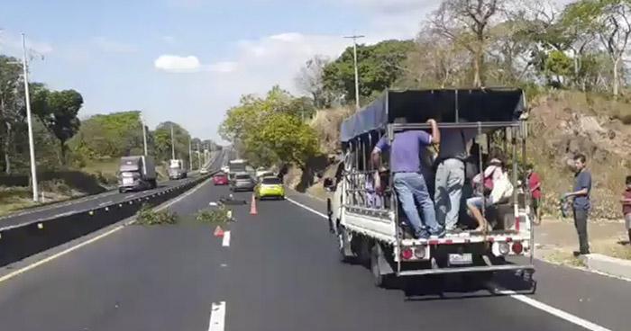 Conductor huye tras arrollar y matar a un anciano en carretera de Sonsonate