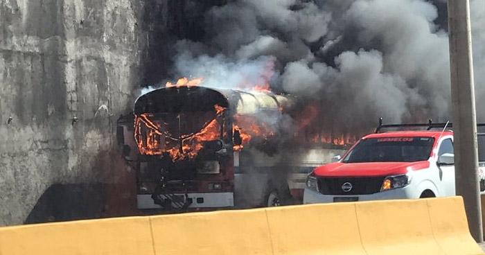 Autobús se incendió sobre el Bulevar Monseñor Romero en Santa Tecla