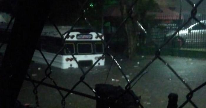 Autobús con pasajeros queda atrapado en Santa Lucía, Ilopango