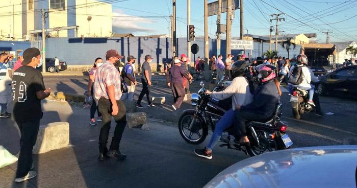 Vendedores cierras calles en protesta contra el alcalde de San Salvador por privatización