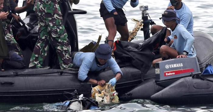 Hallan cajas negras de avión que se estrelló en Indonesia con 62 personas a bordo
