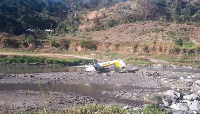Avioneta se accidenta en Tonacatepeque y deja a sus dos ocupantes lesionados