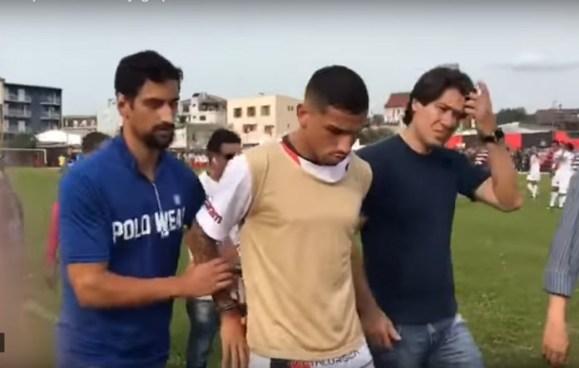 Arrestan a futbolista en pleno partido