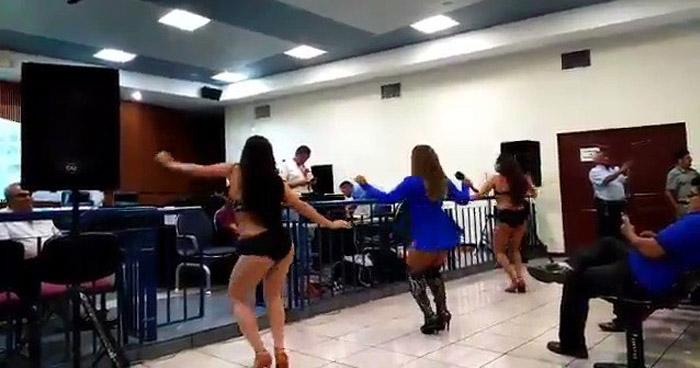 Polémica por bailarinas en Sala de Audiencias del Centro Judicial de San Salvador