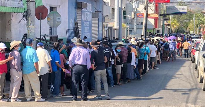 Cientos de salvadoreños aglomerados afuera de los bancos para retirar los $300 para afrontar cuarentena por el COVID-19