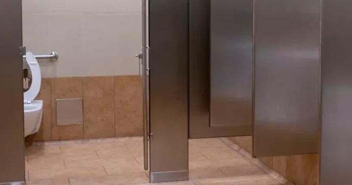 Hombre de la tercera edad muere en los baños de Metrosur en San Salvador