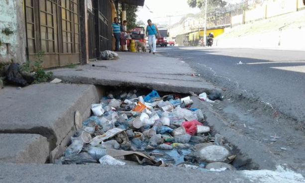 Impondrán esquelas por lanzar basura a las calles