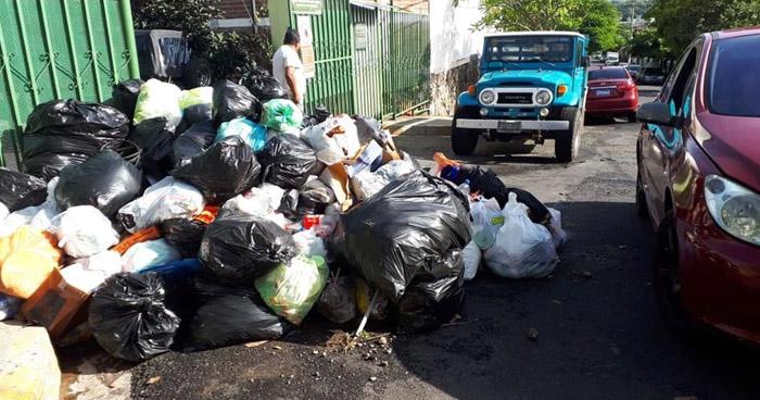 Habitantes de Santa Tecla molestos con el nuevo sistema de recolección de basura