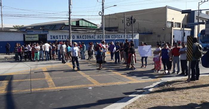 Bloquean paso vehicular cerca del Reloj de Flores por cambio de recorridos de rutas de Cuscatlán