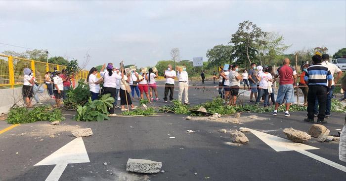 Cierran carretera Litoral para exigir la liberación del alcalde de San Rafael Obrajuelo