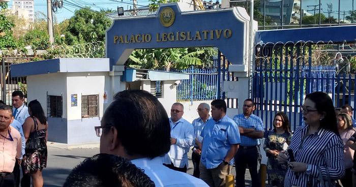 Sindicato cierra portones de la Asamblea Legislativa para exigir reinstalo de despedidos