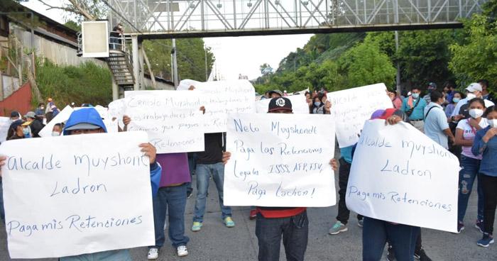 Sindicalistas de ASTRAM bloquean carretera Comalapa por impago de retenciones