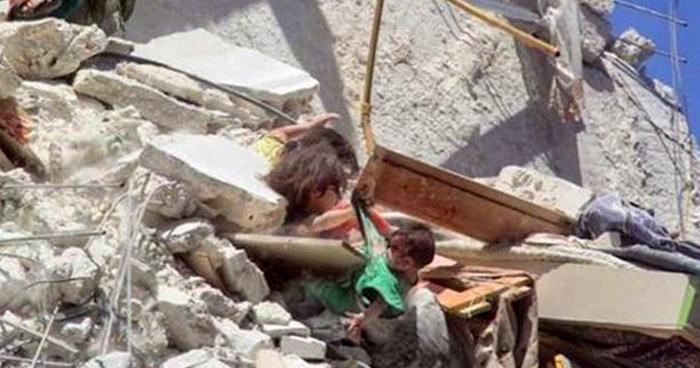 VIDEO   Captan a tres niñas entre escombros tras bombardeo en Siria