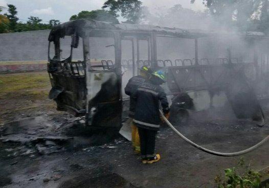 Autobús de la ruta 333 se incendia a pocos metros de una gasolinera en San Miguel