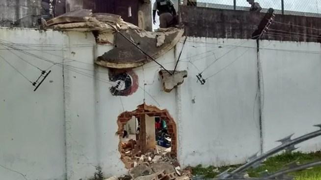 Mueren dos reos y 14 más escaparon tras una explosión en una cárcel de Brasil