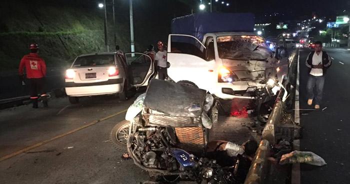Dos fallecidos y tres lesionados dejó fuerte accidente sobre el Bulevar del Ejército