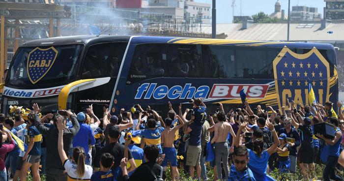 Postergan River Plate vs Boca Juniors, hinchas apedrearon el bus de Boca